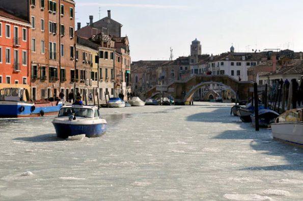 Venecia canales congelados